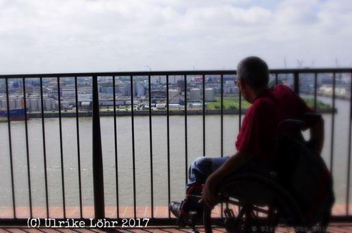 Rollstuhl auf der Plaza der Elbphilharmonie