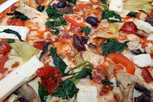 Gourmet Vegetarian Pizza mit Artischocke, Oliven, Babyspinat