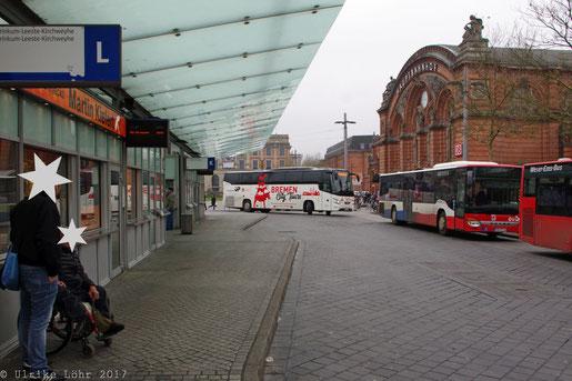 der Bus kommt um die Ecke gebogen