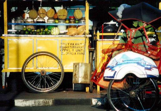 Typischer Warung in Yogyakarta, an dem Streetfood serviert wird (C) Kekse & Koffer