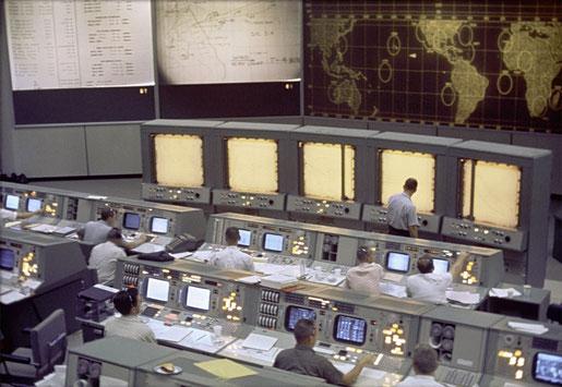 Centro de control de misión, Houston (fuente: NASA, 1965)