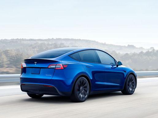 Fahrendes Tesla Model Y Performance Modell