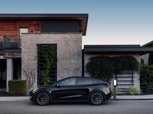 Schwarzes Tesla Model Y Performance