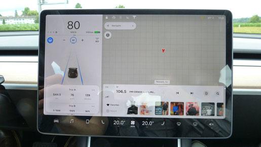 Display des Tesla Model 3