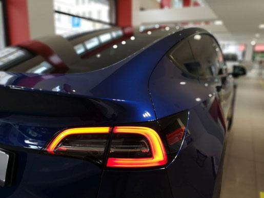 Tesla Model Y Deep Blue Metallic Heckansicht