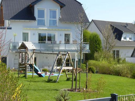 Foto: BGL. - Ein Haus mit Garten – das ist der Traum vieler. Vor allem junge Familien mit Kindern wünschen sich ein Eigenheim, das an eine kleine grüne Oase grenzt.