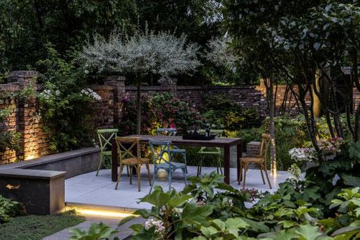 Foto: Graf Luckner/BGL. - Stimmungsvolles Licht, helle Blüten, grau-grünes Laub und von neugierigen Blicken abgeschirmt: So lassen sich die lauen Abende des Sommers herrlich mit Familie und Freunden geniessen.