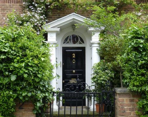 Als Fläche zwischen Privathaus und Straße ist der Vorgarten von Passanten, Fahrradfahrern und Autofahrern frei einsehbar. Das macht ihn zu einem halböffentlichen Raum mit einer deutlichen Außenwirkung (Foto: BGL)