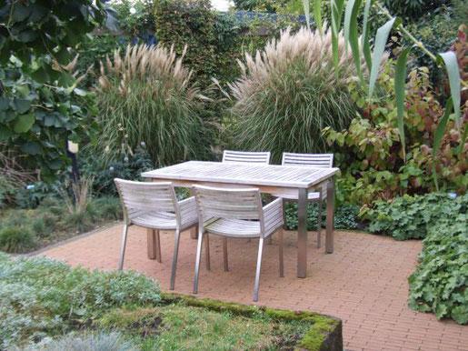 Gräser können auch riesig werden und im Sommer wie hier in den Gärten von Appeltern durchaus als Sichtschutz für den Sitzplatz dienen.