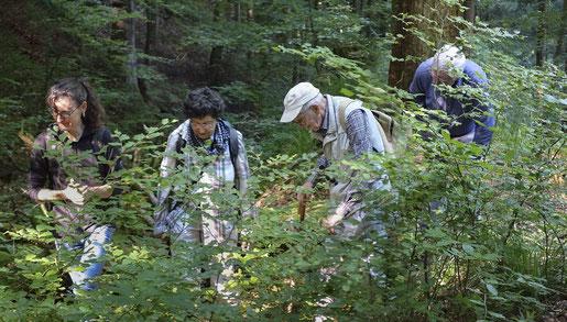 Inspirator und Projektdurchführende auf Schatzsuche. Von links: Muriel Bendel, Françoise Alsaker, Gerhart Wagner, Ulrich Zwahlen. Foto August Flammer