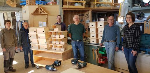 Das stolze Ergebnis: 16 fertiggestellte Nistkästen für Mauersegler (links) und 10 Nistkästen für Halbhöhlenbrüter. Foto Thomas Wullschleger