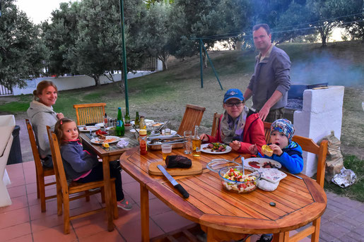 Gemeinsames Abendessen auf der Olive Grove Guest Farm