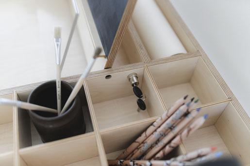 Aufbewahrung am Schreibtisch ist wichtig! Hier gibt es Fächer zum Abschließen, für Stifte und Malbecher sowie Platz für eine Zeichenrolle.