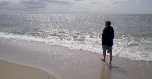 Morell zeigt auch, wie man am Strand die Strandkörbe dreht