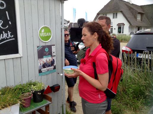 Moderatorin Tamina mit Suppe, zwei Kameras und einem Mann für Bepuderung