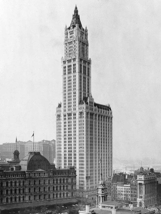 Das Woolworth Building wurde 1913 fertig gestellt  und ist 60 Stockwerke hoch. Mit 213 m war es damals das höchste Gebäude der Welt.