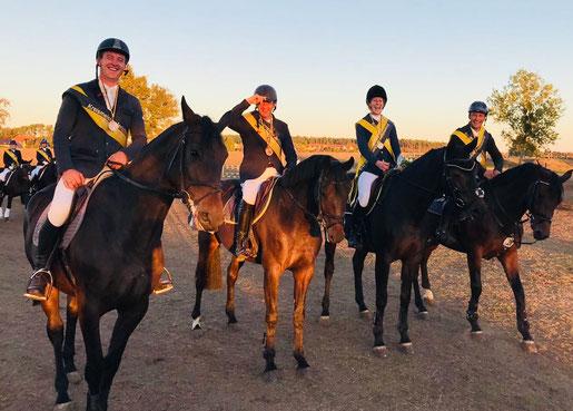 Lisa Naujok freut sich mit ihrem Team vom RV Ihleburg über die Kreismeistertitel 2018 in Lostau. Foto: Alpha-Report