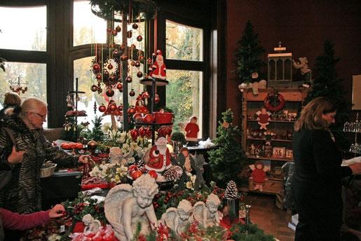 Bild: weihnachlticher Schmuck und Weihnachtsgeschenke in herrschaftlichen Räumen des Schlosses