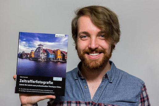 Autor Tobias Gawrisch mit seinem Buch Zeitrafferfotografie - Schritt für Schritt zum professionellen Timelapse-Video