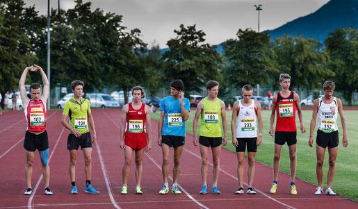 Das Starterfeld über 5000m der Männer mit Brenton (3. von links) und Timon (2. von rechts)