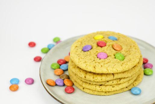 Kekse mit bunten Samrties für den Kindergeburtstag, bunte Kinderparty