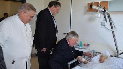 Die mit 104 Jahren älteste Patientin, Maria Gussen, freute sich über den Besuch des Staatssekretärs Karl-Josef Laumann (kniend), der der Einladung von Axel Wirtz (2.v.l.) gefolgt war. Mit der Altersmedizin befasst sich Dr. Claus Köppel. Foto: L. Kubiak