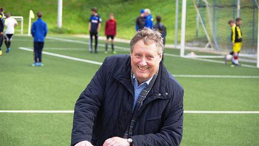 Der Gressenicher Sportplatz hat Symbolkraft: Als Schiedsrichter begann hier im Alter von 14 Jahren die Karriere, die Axel Wirtz zum Vorsitz des Sportausschusses des Landtages führte. Foto: J. Lange
