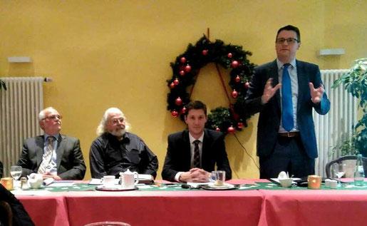Bürgermeister Dr. Tim Grüttemeier (r.), der CDU Partei- und Fraktionsvorsitzende Jochen Emonds (2. v. r.), und die Ratsherren Ben Grendel (2. v. l.) und Artur Kaldenbach (l.) im Dialog mit den Stolberger Bürgern