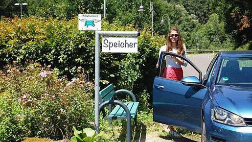 Ein Eifeler Original: Das simple Konzept der Mitfahrerbank entstand in der Verbandsgemeinde Speicher in Rheinland-Pfalz. Denn auf einen Bekannten mit Auto wartet es sich oft leichter als auf den Bus. Foto: U. Berrens