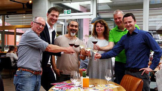 Stoßen schon einmal an: Christian Clément, Jochen Emonds, Ali Yüce, Marita Matousék, Manfred Hecht und Udo Rüttgers (v.l.). Foto: J. Lange