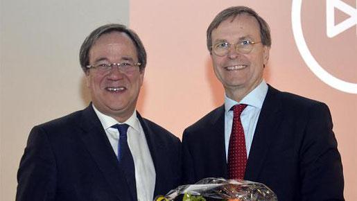 Thomas Rachel (rechts) bleibt Vorsitzender des CDU-Bezirksverbandes. Zu den Gratulanten zählte Armin Laschet. Foto: Dirk Müller
