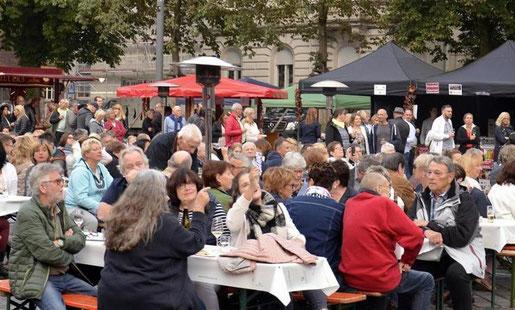 Der sehr gut gefüllte Kaiserplatz beweist, dass das Stolberger Weinfest bereits in der zweiten Auflage zu einem festen Bestandteil des Veranstaltungskalenders geworden ist. Foto: Dirk Müller