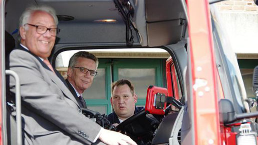 Der oberste Zivilschützer der Nation am Steuer des neuen Bundesfahrzeuges: Helmut Brandt, Thomas de Maizière und Torsten Pilz-Breuer (v.li.). Foto: J. Lange