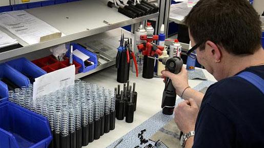 """Die hydraulischen Dämpfungselemente """"made in Stolberg"""" sind oft Sonderlösungen und Modifikationen und werden im Maschinen- und Anlagenbau vielfältig eingesetzt. Foto: D. Müller"""