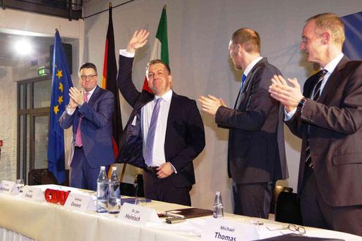 Freuen sich mit Andreas Dovern (Mitte): Tim Grüttemeier (links) und Jan Heinisch. Foto J. Lange
