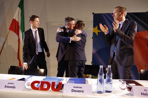 Der Städteregionsrat und ehemalige Bürgermeister der Kupferstadt Tim Grüttemeier gratuliert dem neugewählten CDU-Bürgermeisterkandidaten Andreas Dovern zu seiner Nominierung.