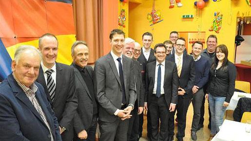 Der frisch gewählte Vorstand des CDU-Stadtverbandes um Vorsitzenden Jochend Emonds (4. von links): Am Donnerstag haben sich die Christdemokraten auf ein arbeitsreiches 2017 eingestimmt. Foto: S.-L. Gombert