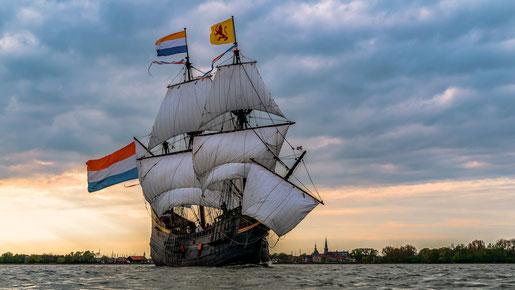 De Halve Maen, het schip waarmee Hudson naar Amerika zeilde,was vergelijkbaar qua omvang en type schip. (foto replica Halve Maen museumkaart)