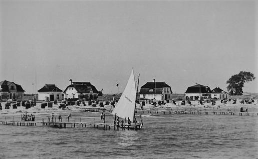 """Volkmeiers Segelboot """"Deutschland"""" am Steg vor seiner Strandkorbvermietung"""