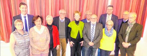 Der Vorstand der Senioren Union formierte sich zum Gruppenbild. Ludwig Hahn (4.v.l.) mit seinen Vorstandskollegen sowie CDU-Fraktionschef Jochen Emonds (3.v.r.) und Bürgermeister Tim Grüttemeier (l.), wurde erneut zum Vorsitzenden gewählt. Foto: C. Hahn