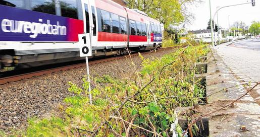 Nicht mehr erforderlich: Anfang dieser Woche ließen Stadt und EVS das alte und nur noch bruchstückhaft vorhandene Eisengitter zwischen Bahnlinie und Euregiobahn entfernen. Foto: J. Lange