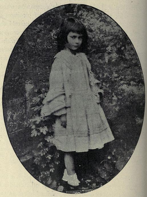 1858年、6歳のころのアリス・リデル。ルイス・キャロル撮影。