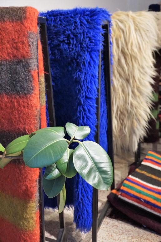 Perelic . Decken (designt in Berlin) und Teppiche aus Bulgarien