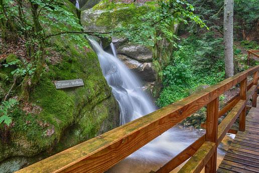 Auf gesicherten Stegen zu den Wasserfällen in der Wolfsschlucht