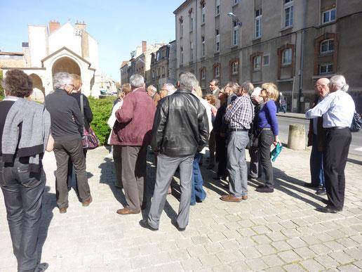 Attentif, le groupe veut tout voir, veut comprendre devant la beauté du monument