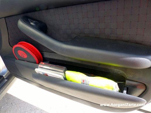Coloca un chaleco en el bolsillo de la puerta del conductor y otro en la puerta del co-piloto - www.AorganiZarte.com