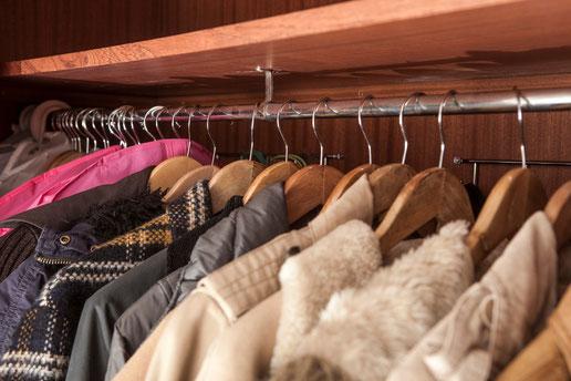 Coloca la ropa en perchas todas iguales - AorganiZarte