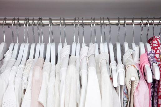 Coloca las prendas siempre en perchas todas iguales - AorganiZarte