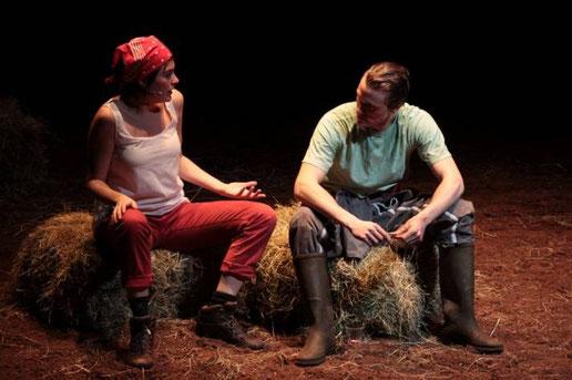 Deux acteurs agriculteurs discutant sur scène