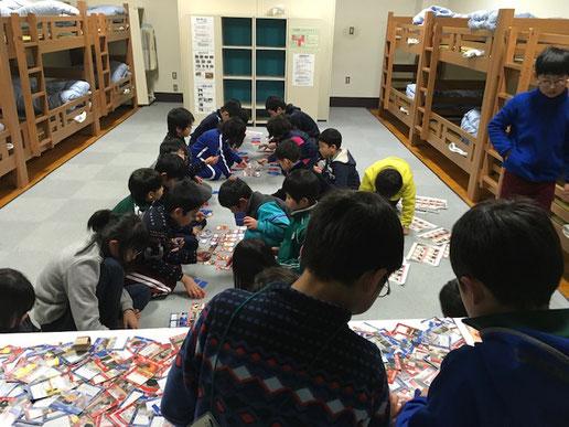清庵の里 オリジナルカードゲーム『四木一草』を 体験する子どもたち